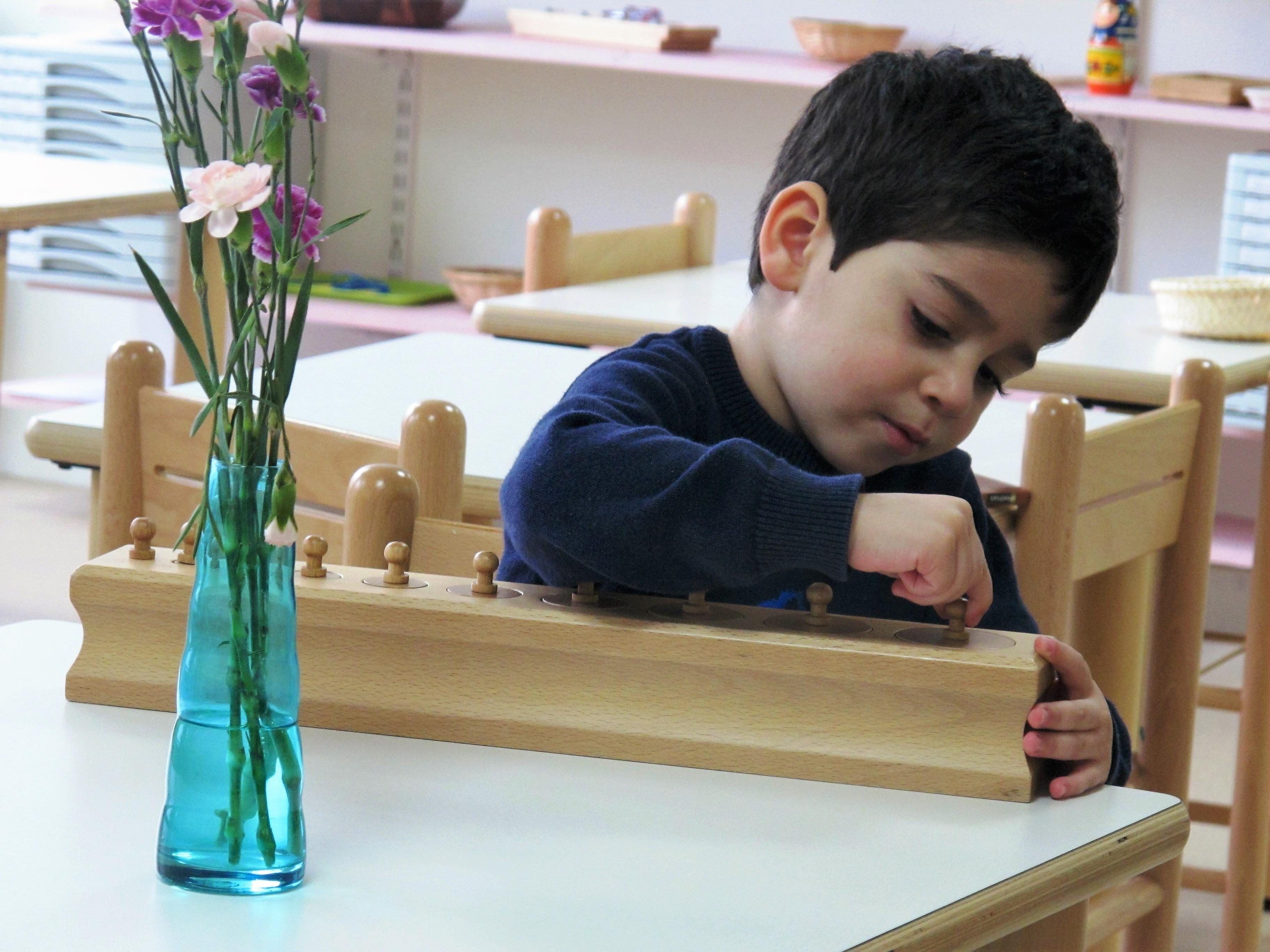 enfant 3-6 ans jeu en bois école Montessori bilingue Beautiful Minds Courbevoie et Puteaux