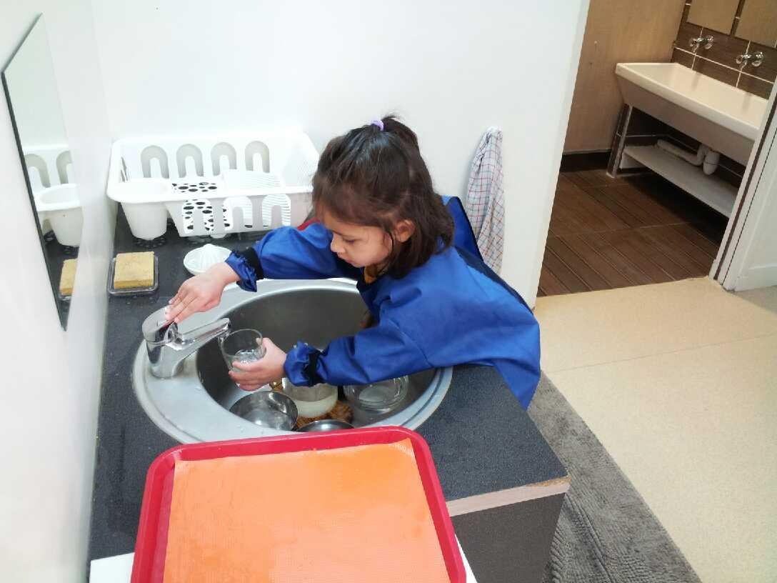 Transvasement d'eau - Ecole bilingue Montessori Beautiful Minds Puteaux et Courbevoie