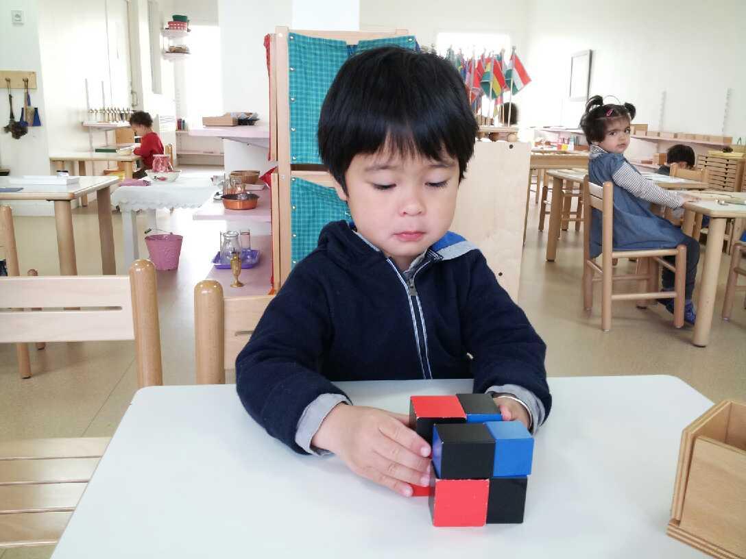 enfant 3-6 ans et matériel sensoriel école Montessori de Courbevoie Beautiful Minds