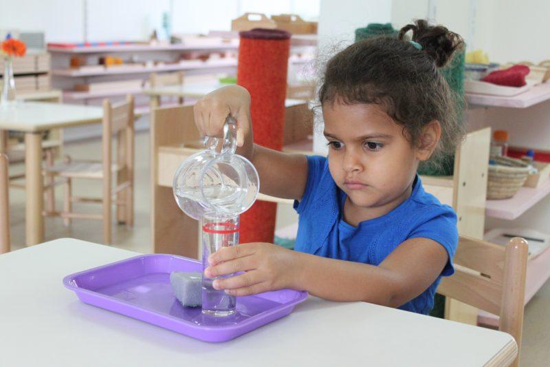 fille 3-6 ans jeu d'eau école Montessori bilingue Beautiful Minds Puteaux et Courbevoie