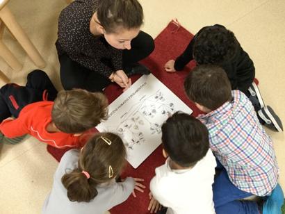 enfants 6-12 ans avec professeur activité montessori