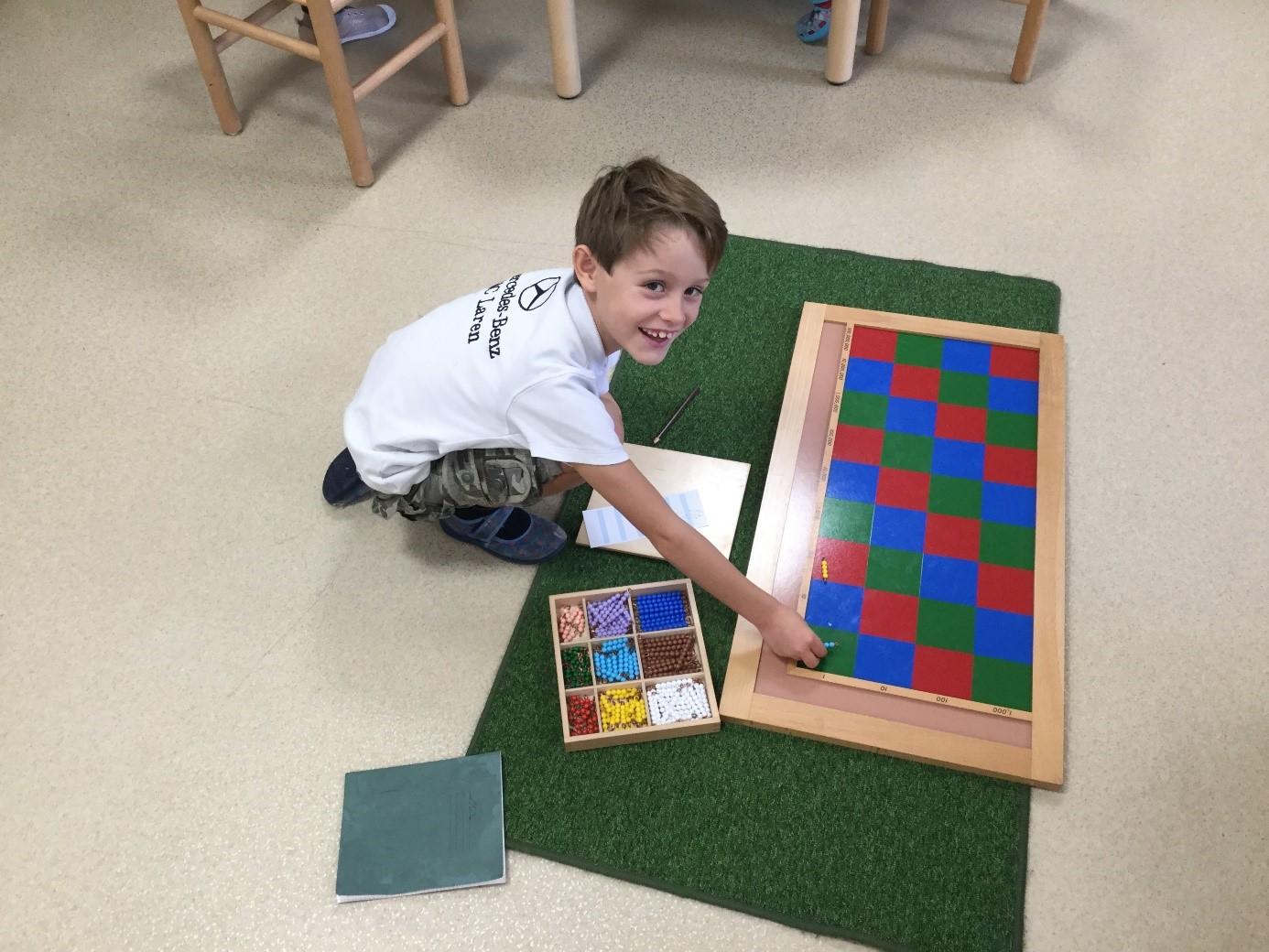 Matériel Montessori - enfant utilise le materiel montessori