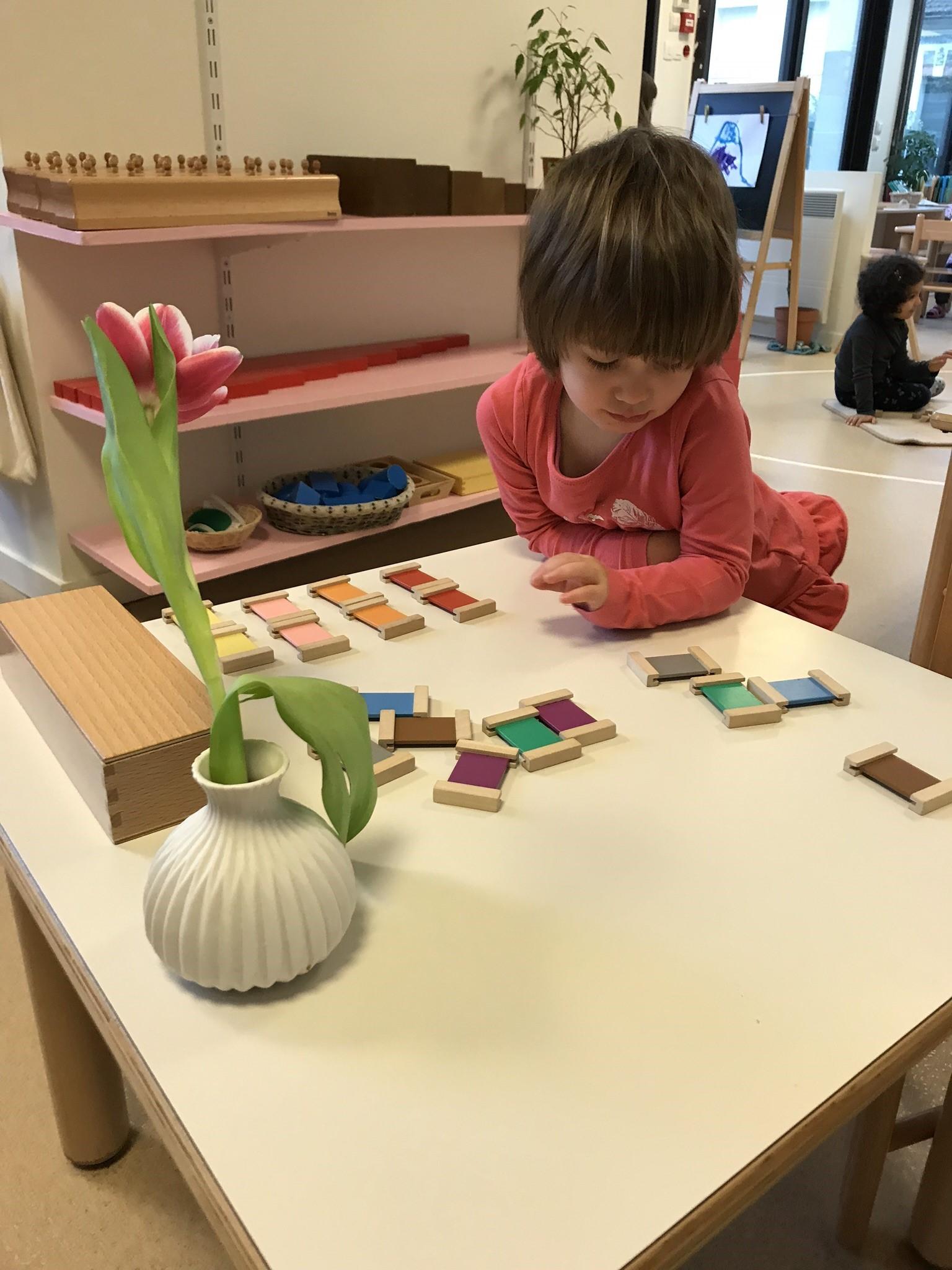 Activité Montessori - ecole petite section Beautiful Minds Ecole bilingue montessori